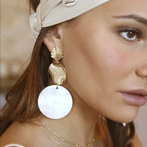 NWT Ettika Seashell Drop Earrings in Gold & Cream